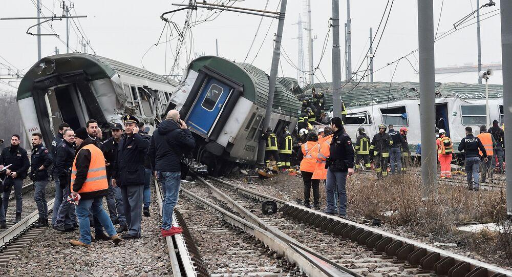 Policiais e funcionários dos serviços de resgate trabalhando em Pioltello, nos arredores de Milão, onde descarrilhou trem, 25 de janeiro de 2018