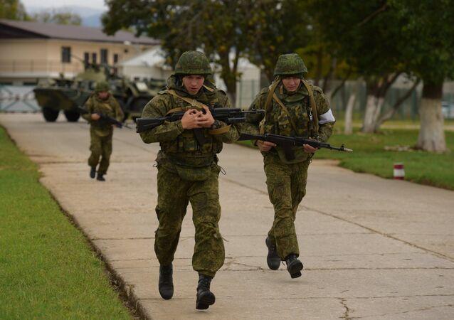 Militares na base russa na Abkházia durante exercícios antiterroristas