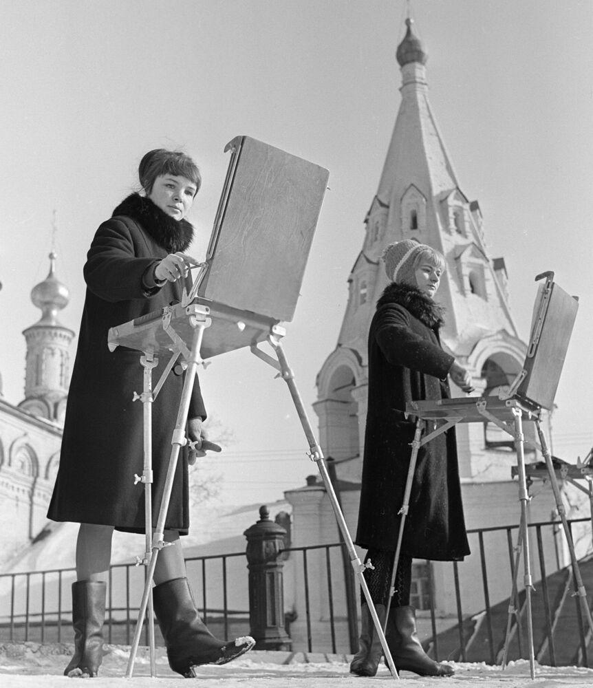 Estudantes da escola artística pintam igrejas do Kremlin da cidade russa de Ryazan