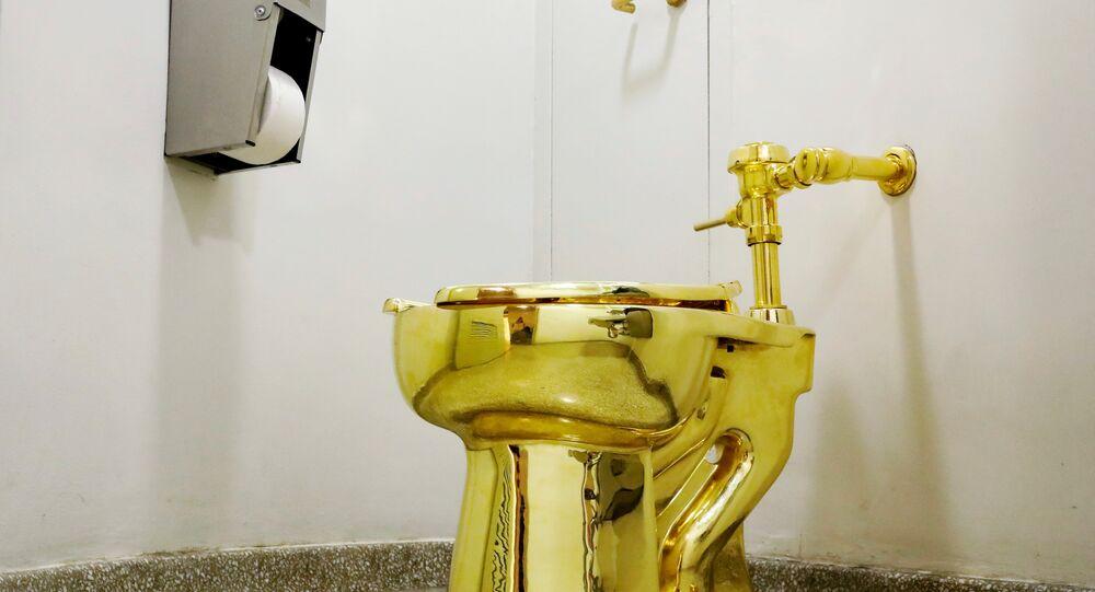 Privada de ouro do artista Maurizio Cattelan.
