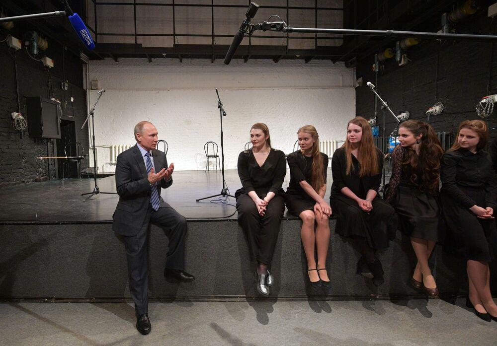 Presidente russo Vladimir Putin fala com jovens atrizes durante sua visita a um dos centros culturais de Moscou