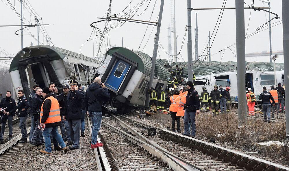 Bombeiros e policiais perto de trens descarrilados em Pioltello, nos arredores de Milão, Itália