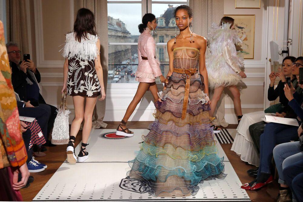 Apresentação da coleção de Bertrand Guyon durante um show de moda na casa Schiaparelli, em Paris