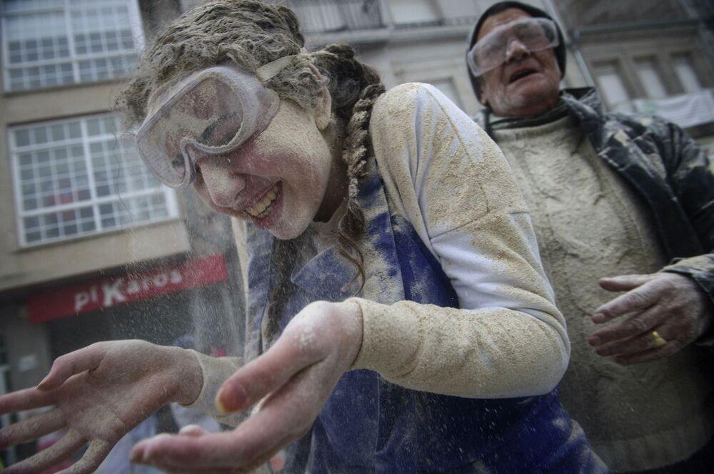 Pessoas tomam parte do chamado Domingo Fareleiro, festival na aldeia de Xinzo de Limia, em Espanha
