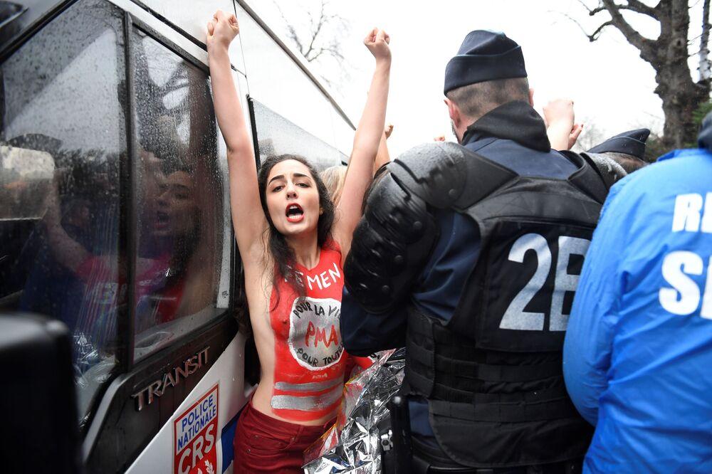 Participante do movimento feminista Femen enfrenta um policial durante uma manifestação contra o aborto, em Paris