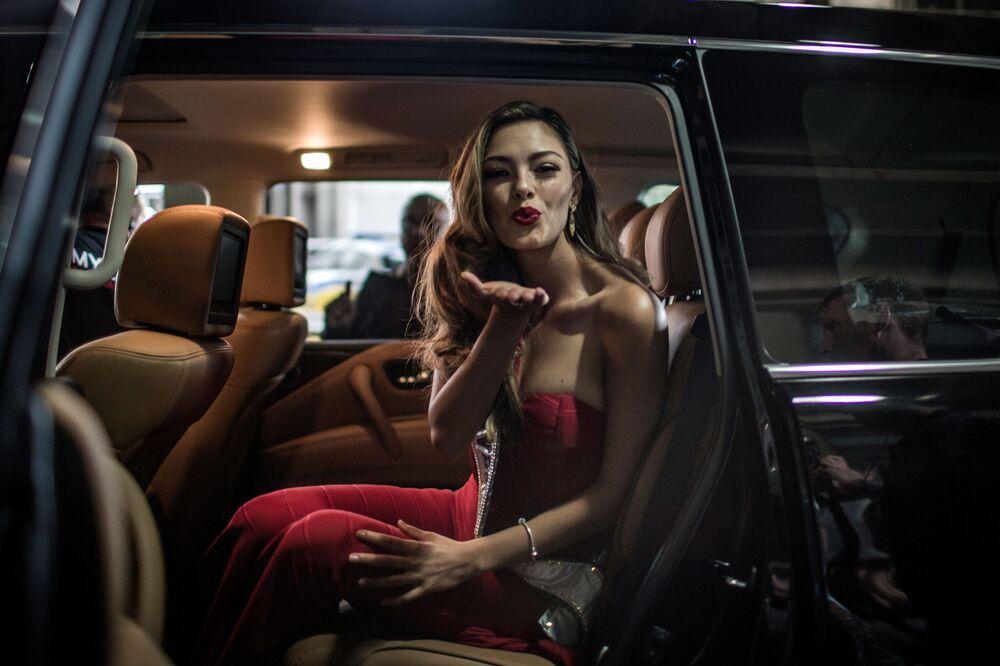 Miss Universo 2017, Demi-Leigh Nel-Peters, ao chegar a seu país, África do Sul, pela primeira vez após receber seu título