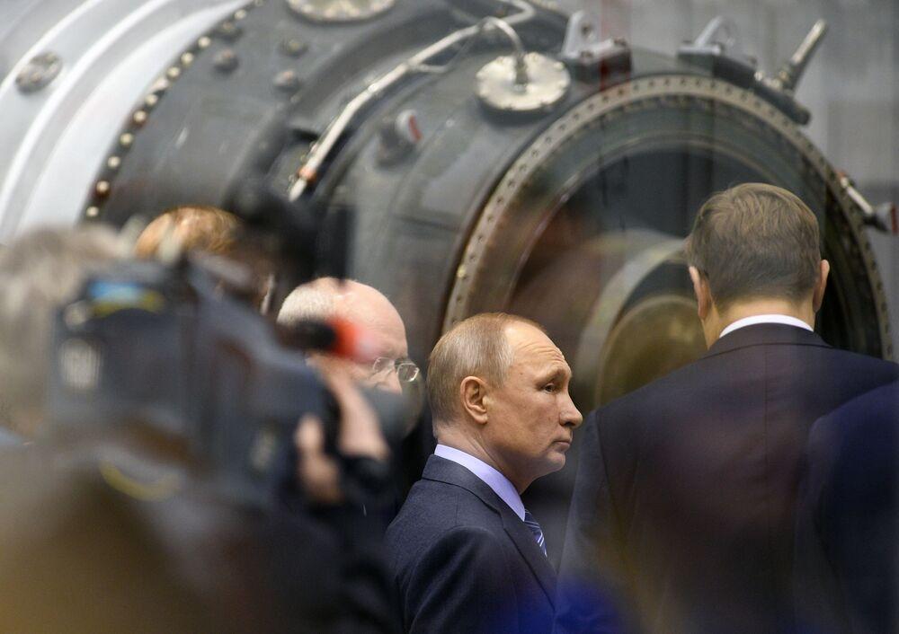 Vladimir Putin visita a Corporação Unida de Construção de Motores na cidade russa de Ufa