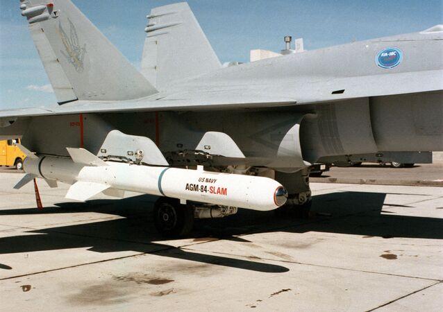 Míssil antinavio AGM-84 Harpoon no avião F/A-18C Hornet (imagem referencial)