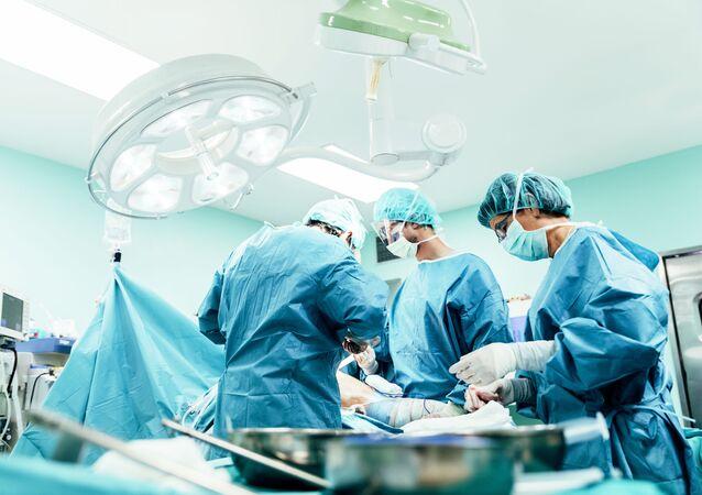 Cirurgiões durante operação (imagem referencial)