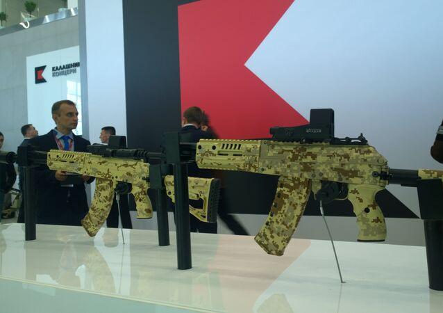 Fuzis de assalto AK-15 e AK-12 do consórcio russo Kalashnikov