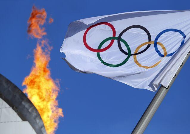 Bandeira olímpica paira perto do caldeirão no Parque Olímpico em Sochi