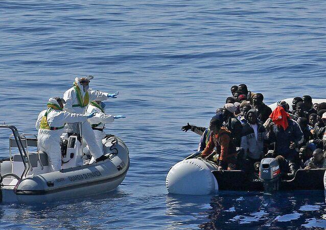 Emigrantes africanos em bote inflável tentam cruzar o Mediterrâneo em direção à Europa