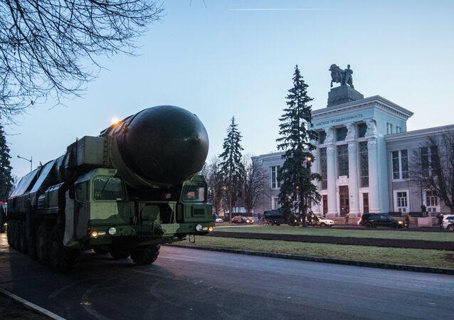 Lançador de mísseis ICBM Topol