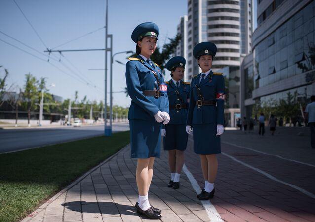 Agentes rodoviárias na capital norte-coreana de Pyongyang, em 4 de junho de 2017