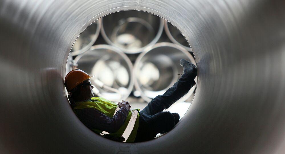 Trabalhador sentando dentro de um duto (imagem referencial)