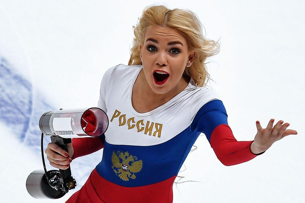 Animadora de torcida da seleção russa de hóquei no gelo durante um jogo amistoso com a equipe bielorrussa