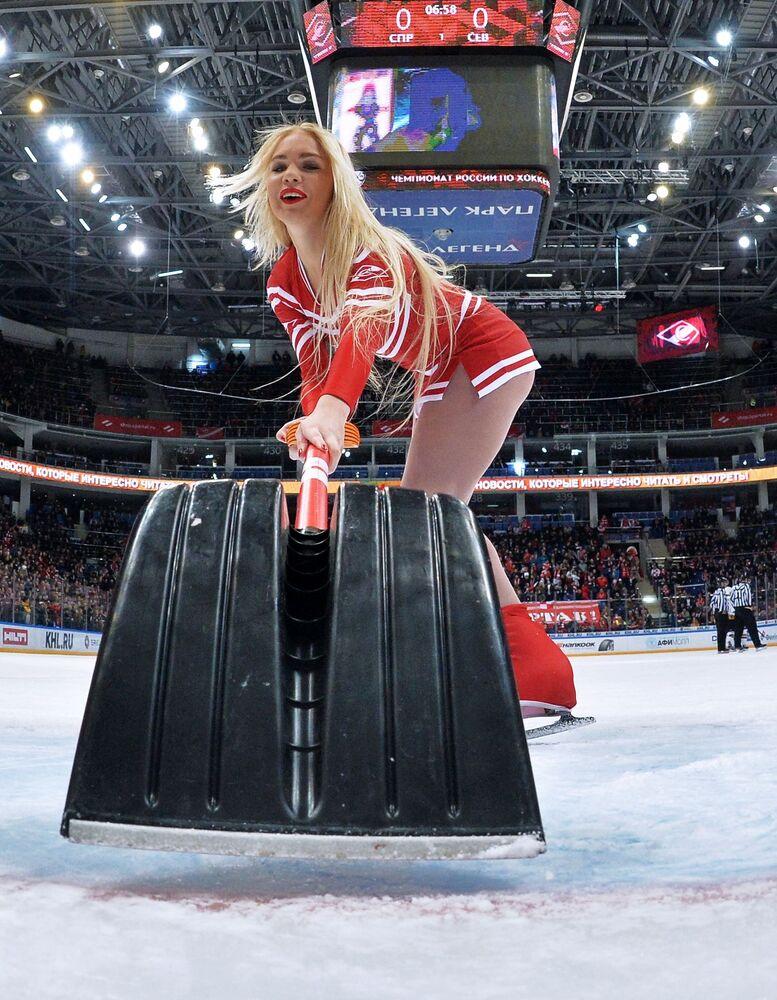 Animadora de torcida durante uma partida da Liga Continental de Hóquei no Gelo entre as equipes russas Spartak e Severstal