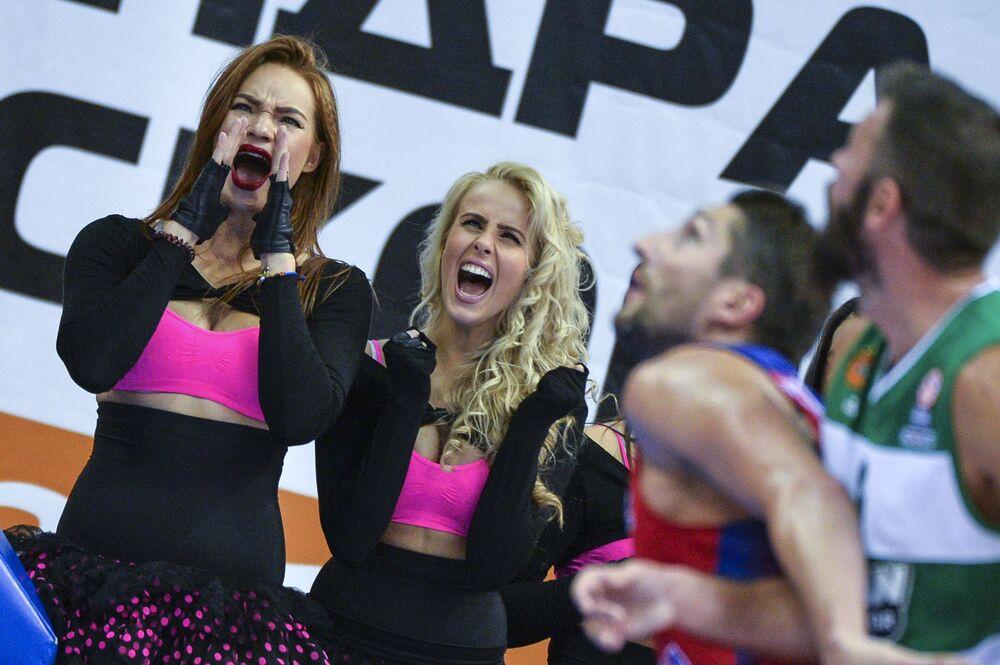 Animadoras de torcida da equipe CSKA no jogo final da Copa de Basquete de Gomelsky entre a equipe russa CSKA e o time grego Panathinaikos