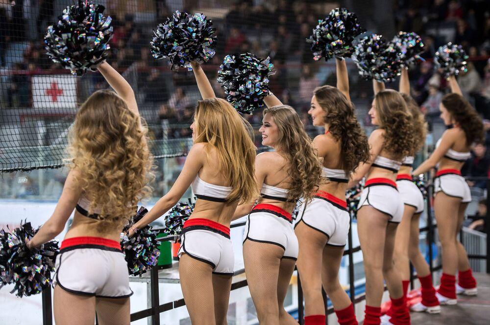 Grupo de animadoras de torcida do clube de hóquei russo Avangard, batizado de Cherry, se apresenta durante sua partida contra um time bielorrusso