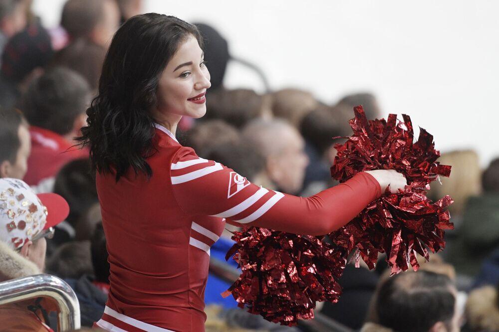 Animadora de torcida do clube Spartak durante um jogo da Liga Continental de Hóquei de Gelo entre as equipes Spartak e Severstal