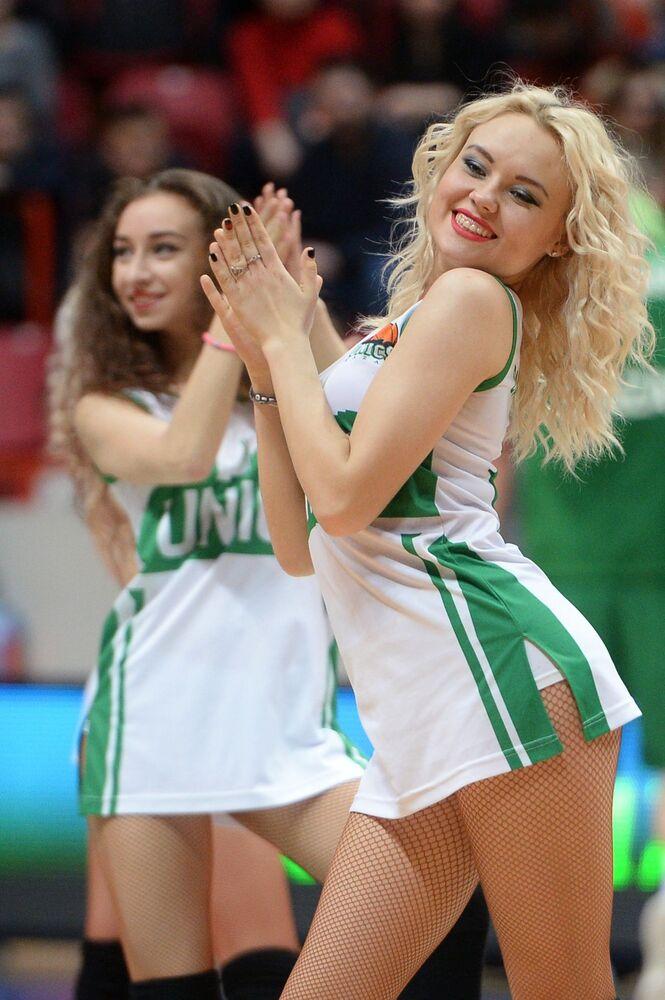 Animadoras de torcida se apresentam durante um jogo do Campeonato da Liga da Europa de Basquete entre a equipe russa UNIKS e o time turco Anadolu Efes