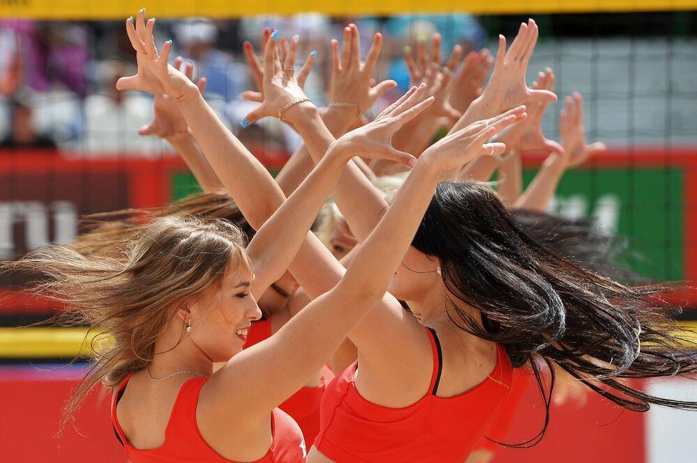 Animadoras de torcida se apresentam em uma etapa do Grand Slam de Vôlei de Praia em Moscou