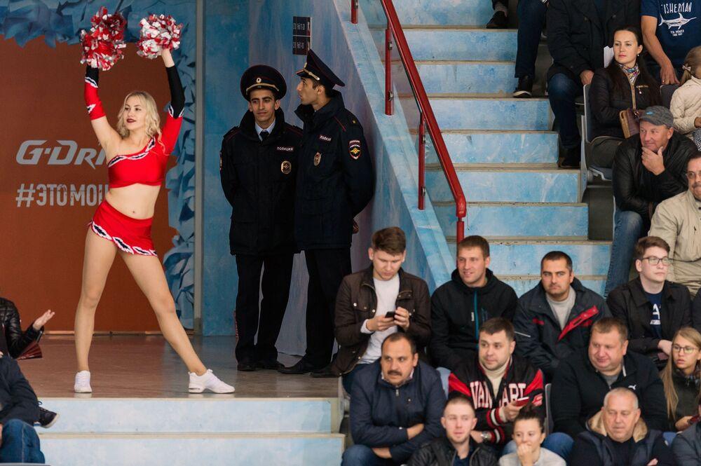 Animadora de torcida durante uma partida da Liga Continental de Hóquei de Gelo entre as equipes russas Avangard e SKA