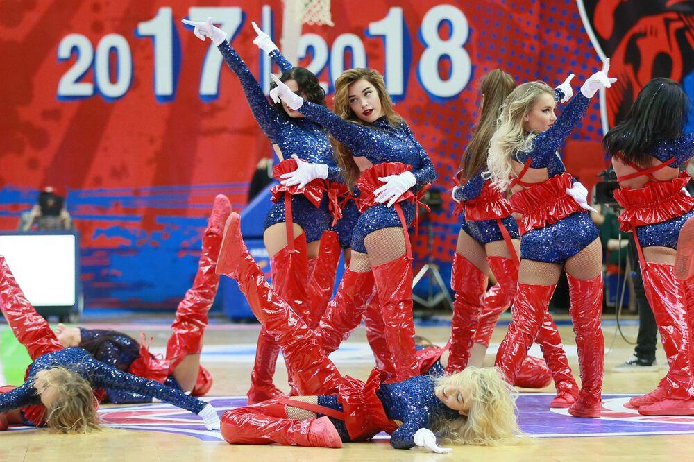 Animadoras de torcida se apresentam durante um jogo do Campeonato da Liga da Europa de Basquete entre a equipe russa CSKA e o time turco Anadolu Efes