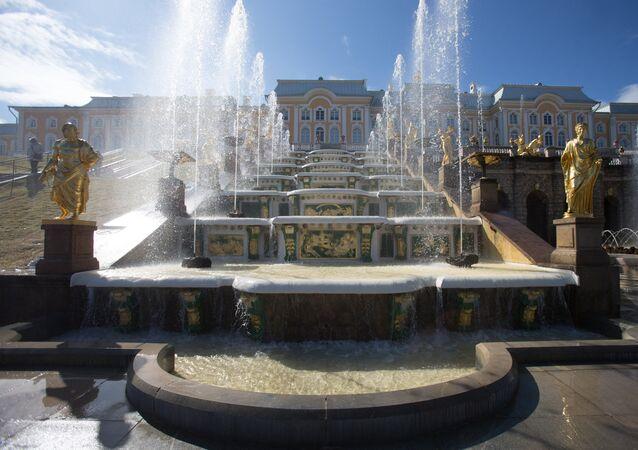 Fontes da Grande Cascada de Peterhof, em São Petersburgo