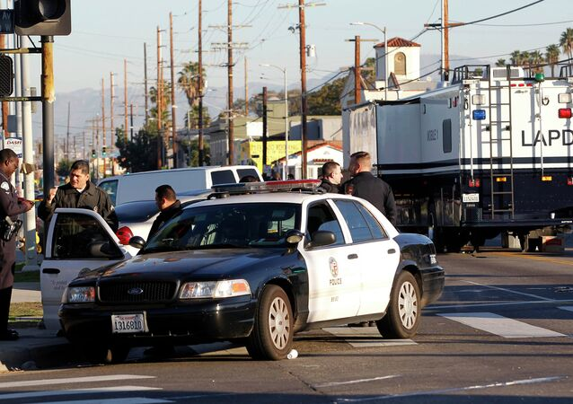 Agentes da polícia de Los Angeles investigam tiroteio em South Central, 29 de dezembro de 2014
