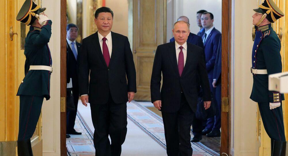 O presidente russo, Vladimir Putin, se encontra com o seu colega chinês, Xi Jinping, em 4 de julho de 2017 em Moscou
