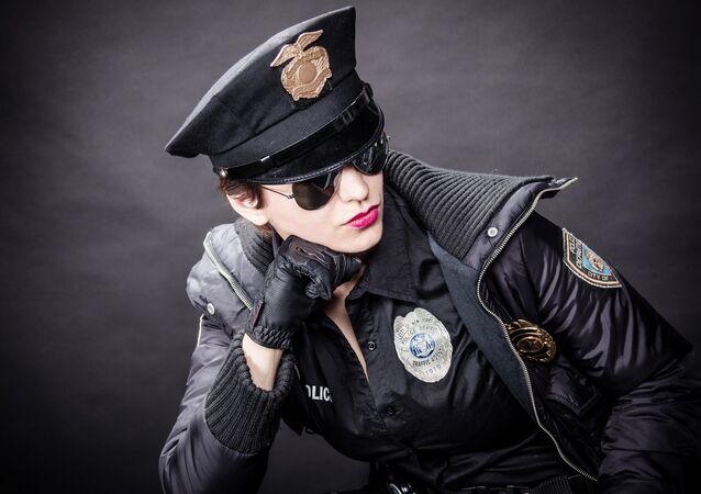 Mulher vestida de policial em sessão fotográfica
