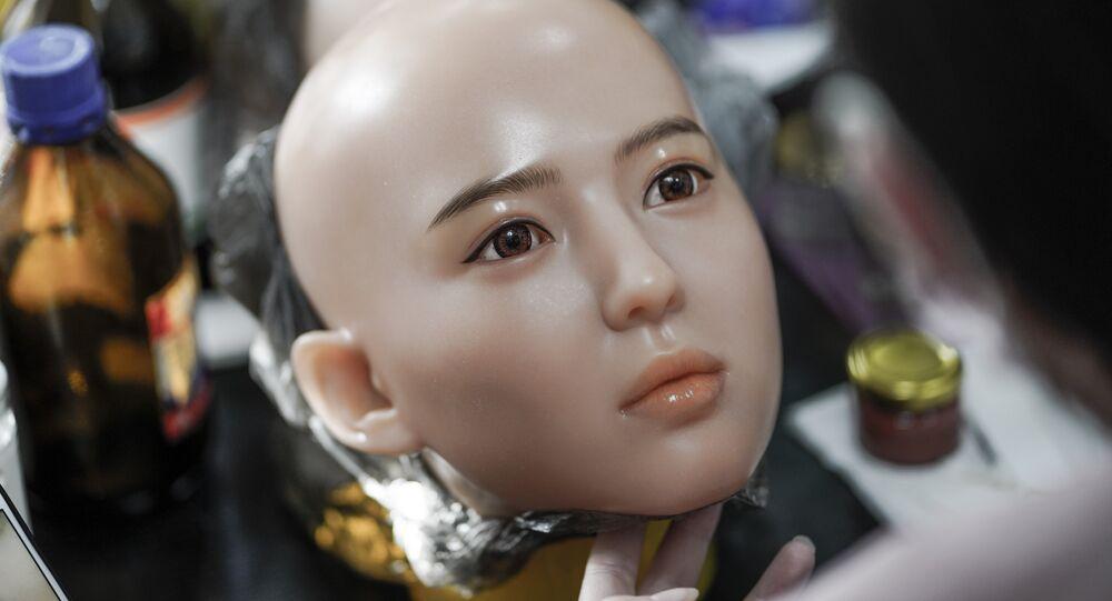 Rosto de uma boneca de silicone na fábrica da produtora chinesa EXDOLL
