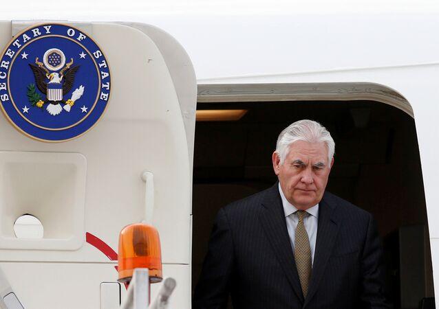 O secretário de Estado dos EUA, Rex Tillerson, sai do avião após chegar à Cidade do México, em 1 de fevereiro de 2018