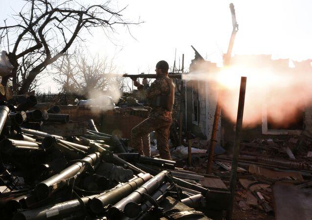 Soldados ucranianos disparam lança-granadas durante os confrontos com separatistas pró-russos na região de Donetsk