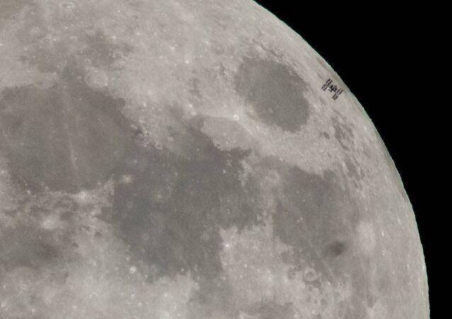 Estação Espacial Internacional sobrevoa a Lua durante um plenilúnio