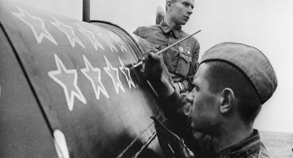 Soldado soviético pinta mais uma estrela, que significa mais um avião derrubado durante a Batalha de Stalingrado na Segunda Guerra Mundial