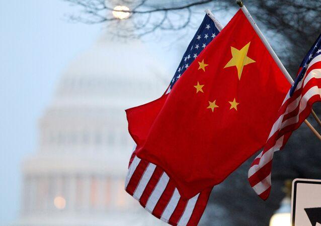 Bandeiras dos EUA e China tremulando em um edifício em Washington, EUA (foto de arquivo)