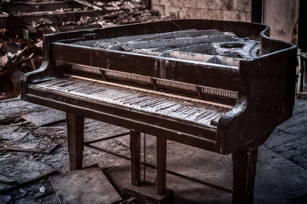 Sala de concertos com piano apodrecido