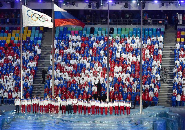 Hasteamento da bandeira russa durante a cerimônia de encerramento dos Jogos Olímpicos em Sochi, 2014