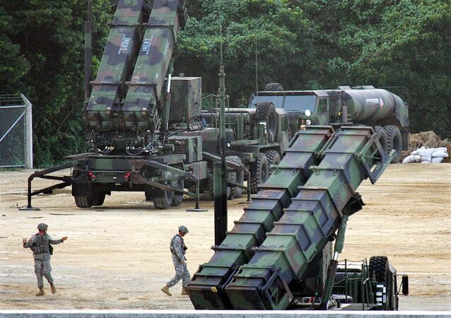 Lançadores de mísseis Patriot PAC-3 na base aérea norte-americana Kadena, Japão