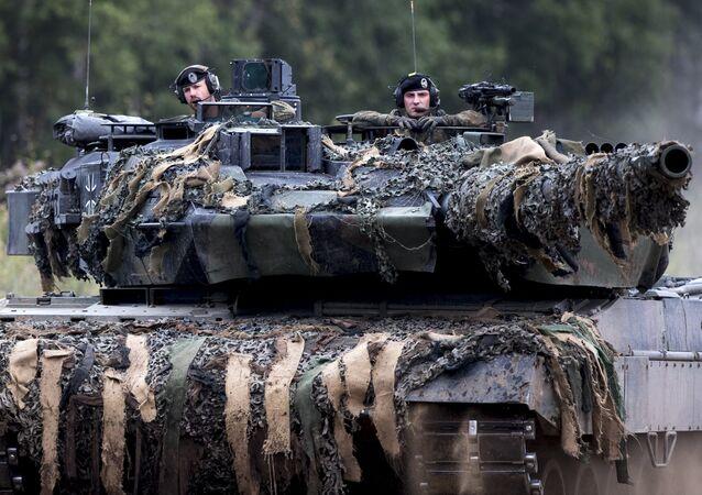 Soldados da OTAN no tanque alemão Leopard 2 participam dos exercícios da Aliança, Lituânia