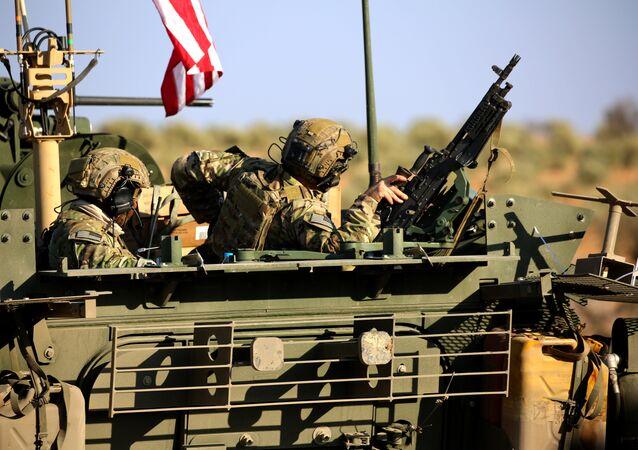 Comboio de veículos armados dos EUA nos arredores ocidentais da cidade síria de Manbij