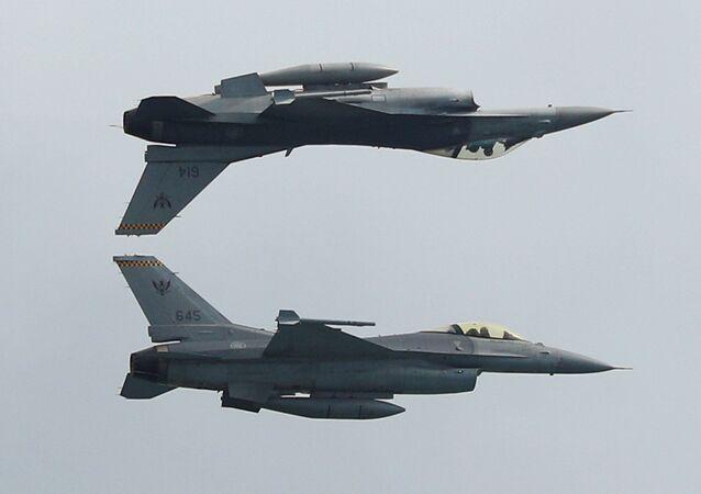 Caças F-16C da Força Aérea de Singapura participam do show