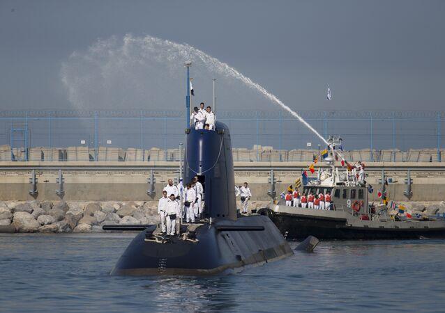 Marinheiros israelenses no submarino Rahav no porto de Haifa, Israel