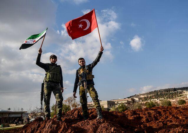 Rebeldes sírios apoiados pela Turquia com bandeiras turcas e do Exército Livre da Síria