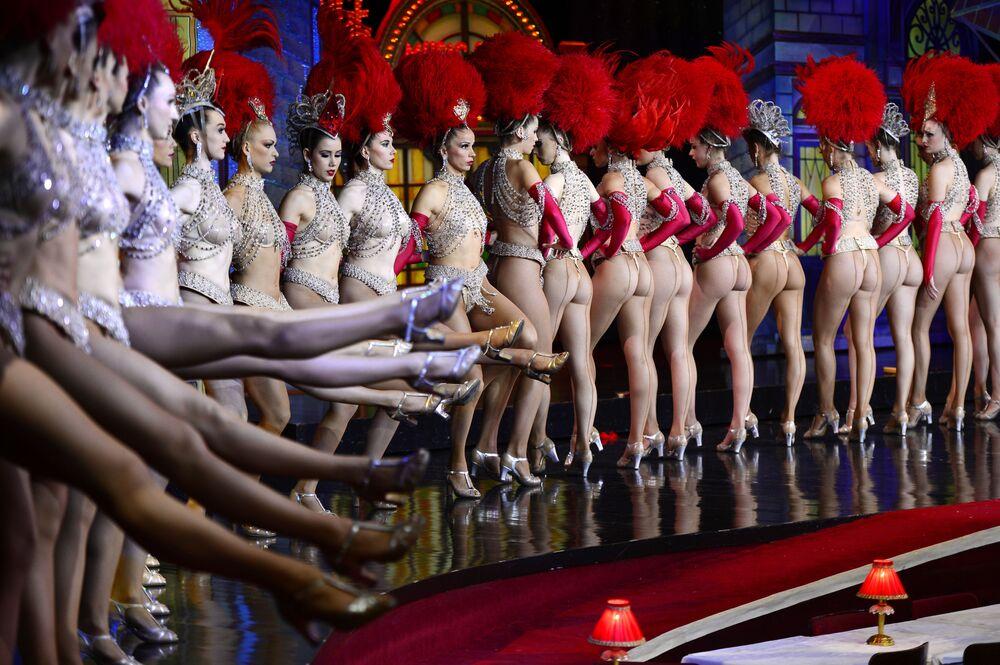 Strippers do Moulin Rouge tentando bater recorde mundial do Livro Guinness em grupo, Paris