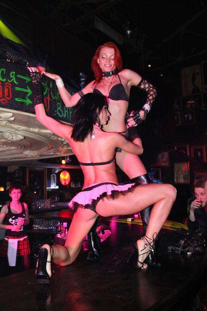 Strip-tease no clube XXXX em Moscou