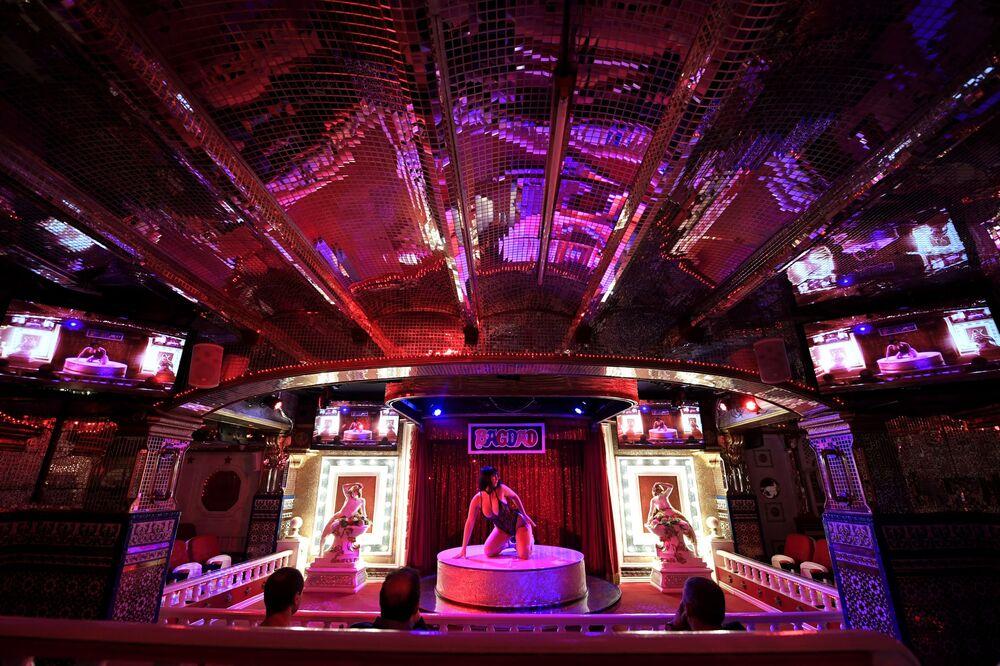 Dançarina do show para adultos no clube noturno Bagdad em Barcelona