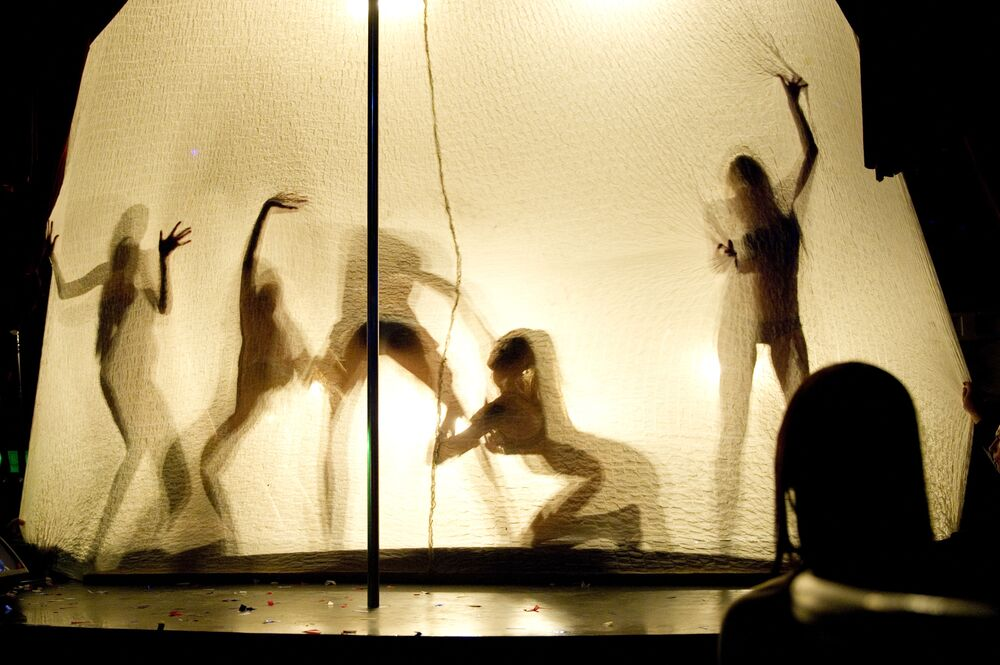 Dançarinas se apresentam no clube SOHO ROOMS, onde foi festejado o fim do Campeonato de Futebol da Rússia